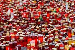 Свечи Lit в памяти о людях и 150 32 мертвых ранили в огне на клубе Colectiv Стоковое Фото