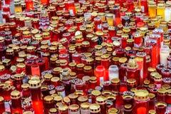 Свечи Lit в памяти о людях и 150 32 мертвых ранили в огне на клубе Colectiv Стоковые Изображения RF