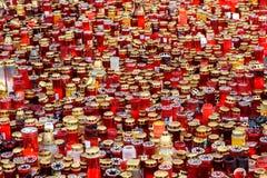 Свечи Lit в памяти о людях и 150 32 мертвых ранили в огне на клубе Colectiv Стоковое Изображение RF