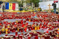 Свечи Lit в памяти о людях и 150 32 мертвых ранили в огне на клубе Colectiv Стоковое фото RF
