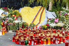 Свечи Lit в памяти о людях и 150 32 мертвых ранили в огне на клубе Colectiv Стоковые Фотографии RF