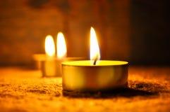 Свечи tealights дерева на одеяле дома, время релаксации стоковая фотография