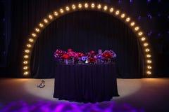 Свечи, wedding ботинки и красивые цветки на таблице свадьбы Стоковая Фотография