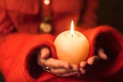 Свечка в руках Стоковые Изображения