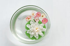 Свечка и цветки Стоковое Фото