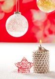Свечка рождества серебряная и красная звезда на снежке Стоковое фото RF