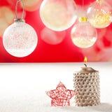 Свечка рождества серебряная и красная звезда на снежке Стоковая Фотография