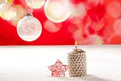 Свечка рождества серебряная и красная звезда на снежке Стоковые Изображения RF