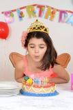 Свечки дня рождения маленькой девочки дуя Стоковые Изображения RF