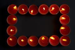 свечки обрамляют красный цвет стоковая фотография rf