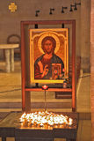 Свечки пышной старой иконы и горения стоковое изображение