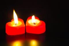 2 свечки сформированных сердцем горящих Стоковые Фото