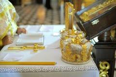 свечки церков крышек вручают священника Стоковые Изображения