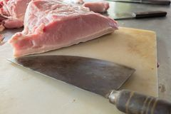 Свинина и нож Стоковая Фотография