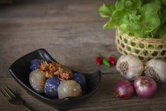 Свинина саго в черной плите с зажаренным чесноком toping имеет чили, шалот, чеснок, правую руку места корзины салата и вилку золо стоковое изображение