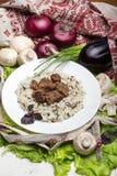 Свинина соединяет с гарнировать от коричневого риса стоковая фотография