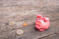 Свинья везения марципана с монетками Стоковое Фото