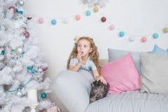 Свинья как символ везения и китайца календарь 2019 Новых Годов Милая смешная девушка удивлена о мини-свинье младенца на софе стоковые изображения rf