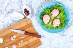Свинья Diy от яя Мастерская как сделать свинью из вареного яйца покрашенного в свеклах отвара заполненных с заполнять Закуска дал стоковое изображение rf