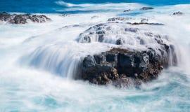 Свирепствуя море пропускает над утесами lave на линии берега Стоковое Изображение RF