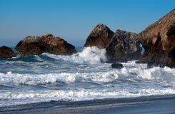 свирепствуя море стоковое фото
