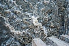 Свирепствуя река во время потока Стоковые Изображения