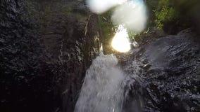 Свирепствуя чистое свежее река горы пропуская между утесами в замедленном движении 1920x1080 видеоматериал