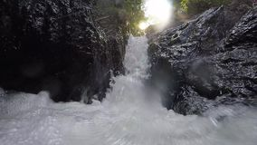 Свирепствуя чистое свежее река горы пропуская между утесами в замедленном движении 1920x1080 акции видеоматериалы