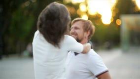 Свирль красивого и сильного человека его подруга outdoors Счастливые пары имеют потеху совместно снаружи видеоматериал