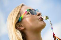 Свисток молодой женщины дуя на параде гей-парада Стоковая Фотография RF