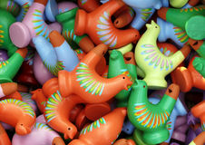 свисток figurine пасхи цвета петушка предпосылки Стоковая Фотография
