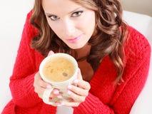 Свитер девушки красный держит кружку с кофе Стоковая Фотография RF