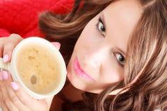 Свитер девушки красный держит кружку с кофе Стоковое Фото