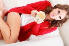 Свитер девушки красный держит кружку с кофе Стоковые Изображения
