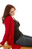 Свитер и волосы женщины красные сидят взгляд вниз стоковые фотографии rf