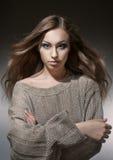 свитер портрета девушки серый связанный Стоковая Фотография RF