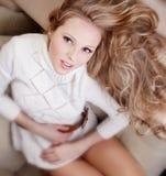 свитер софы девушки Стоковые Фотографии RF