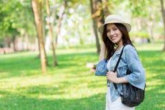 Свобода и концепция находить: Вскользь милые умные азиатские женщины идя в парк стоковое фото rf