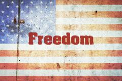 Свобода, надпись на предпосылке флага США на бетонной стене Предпосылка Америки Дня независимости стоковые фото