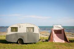 Свобода располагаясь лагерем в винтажном караване и шатер на восточном побережье приставают к берегу, Gisborne, северный остров,  стоковое фото