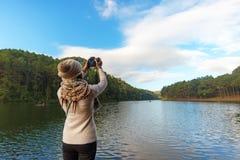 Свобода чувства женщин путешественника счастливая хорошая для того чтобы ослабить и принять фото на террасе на курорт дальше насл стоковое фото