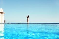 Свобода чувства молодой женщины и наслаждаться пейзажным бассейном rel стоковые фотографии rf