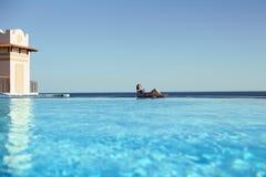 Свобода чувства молодой женщины и наслаждаться пейзажным бассейном rel стоковое изображение rf