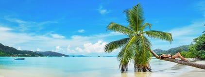 Свободная женщина наслаждается ветерком океана стоковая фотография