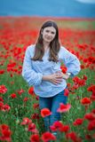 Свободная счастливая женщина наслаждаясь природой девушка красотки напольная черная изолированная свобода принципиальной схемы Де стоковое фото