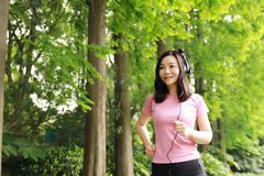Свободная халатная causual женщина девушки красоты наслаждается ослабляет время в лете весны природы слушая к музыке Стоковые Изображения RF