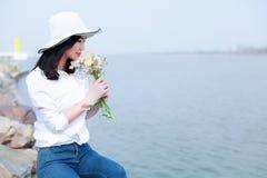 Свободная халатная causual женщина девушки красоты наслаждается ослабляет время в лете весны природы Стоковые Изображения RF
