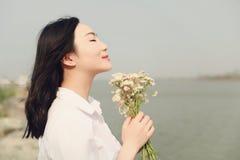 Свободная халатная causual красота наслаждается полезного временем работы рядом с владением пляжа реки океана озера пук цветка Стоковые Фотографии RF