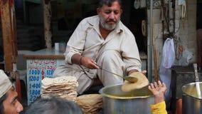 Свободное распределение продуктов питания среди бедных человеков сток-видео