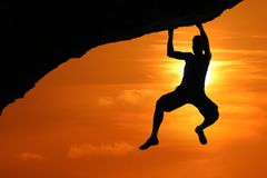 Свободный взбираться на горе на красной предпосылке захода солнца неба стоковые фото